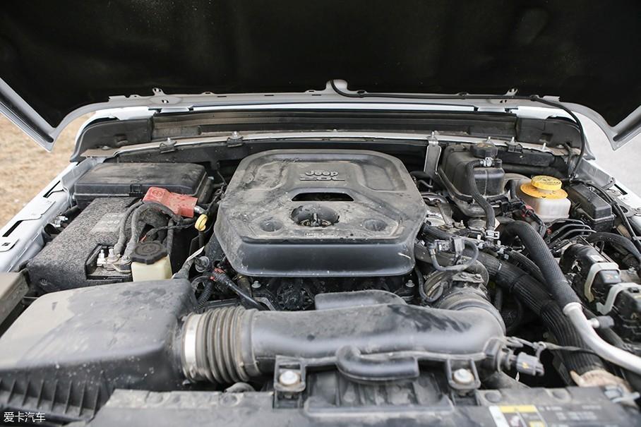 本次测试的Jeep牧马人所配备的这台2.0T发动机,其最大功率为195.4kW(266Ps)/5250rpm,峰值扭矩400Nm/3000rpm。各项性能参数基本和Jeep大指挥官等车型无异。