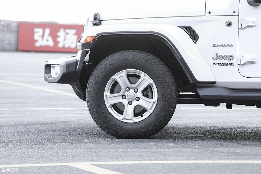 本次拍摄的2.0T车型并没有使用上代Jeep牧马人所坚持的固特异Wrangler轮胎,而是采用了对铺装路面更加友好的普利司通动力侠轮胎,轮胎尺寸为245/75 R17。