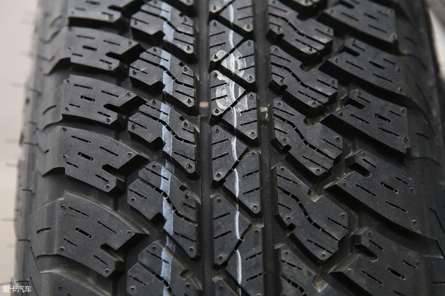 同常见的普利司通动力侠HT轮胎不同,这套AT轮胎将重点放在了越野驾驶方面,并且还兼具了一定的铺装路面驾驶能力。并且高达75的扁平比,能够进一步的提升轮胎在恶劣路况下的生存能力。