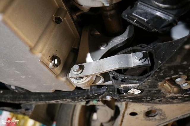 在材质方面,领克01的发动机悬置采用了铝合金材质,并且配合了液压衬套图片