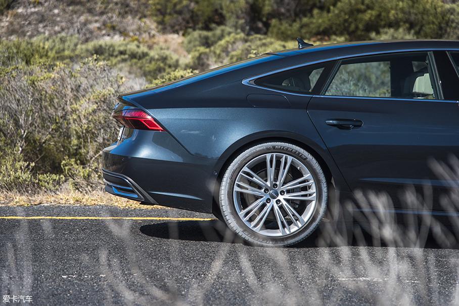 全新A7的尾部设计融入了更多细节,尾灯侧边和小鸭翼的折线相融合,渐渐消失于后轮翼子板下,显得更有层次和动感。