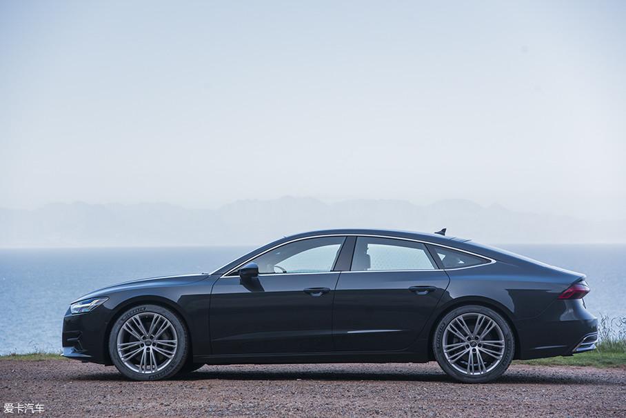全新A7的车身比例并未有大的变化,依旧显得低矮修长,车顶一条舒展的曲线打造出独有的Sportback风格,不过细细看来,全新A7的侧面腰线则与现款A7大为不同,由一条贯穿头尾的腰线,变成了前后翼子板上显示力量的折线和车门上稍稍低矮的腰线组成,相比现款显得更有力量和...