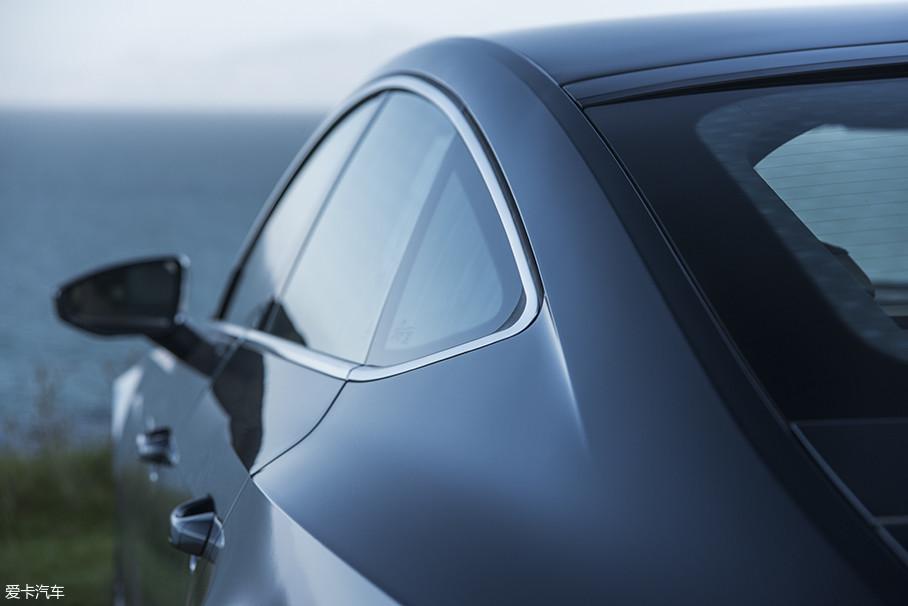 D柱的过渡设计是全新奥迪A7 Sportback设计中一个重要着力点,侧窗区域装有一扇向上逐渐变窄的三角窗——此设计元素源于1970年奥迪100 Coupe S。另外,这条D柱上的锐利切割线则是现款A7所没有的。