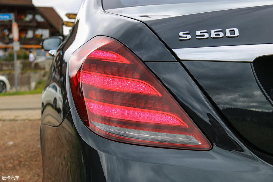 """车尾的变化主要在于尾灯,为了配合头灯的进化尾灯的三个""""空心柳叶""""也被雾化成为了""""实心柳叶"""",夜间辨识度依旧很出色。"""