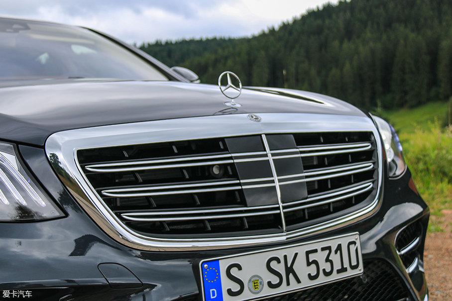 中网的横向饰条由四幅变成三幅,数量上的降低并没有减少S级应有的那种商务气息,反而在精致的细节处理之间更能体现最高等级轿车的豪华感。