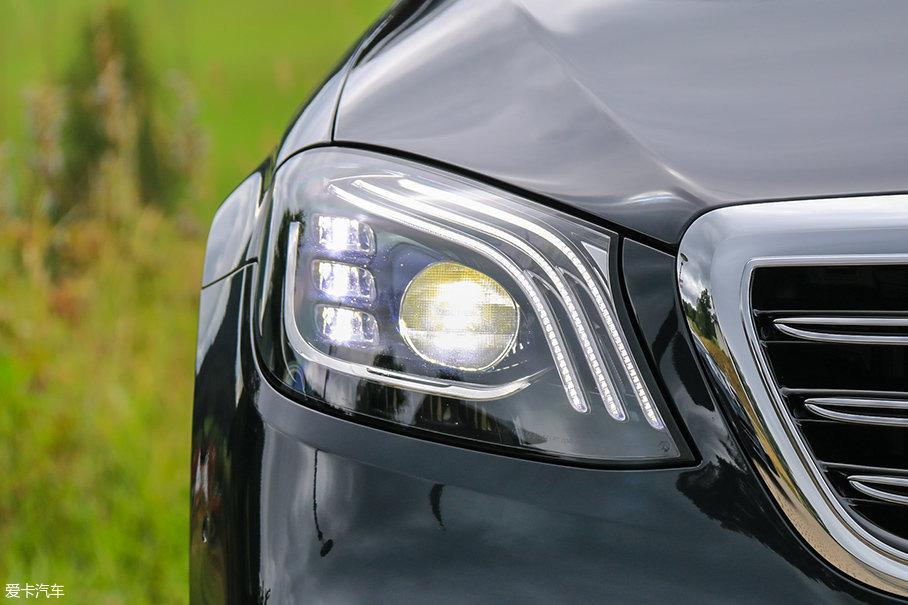 """三道""""怒眉""""一样的日间行车灯是大灯最主要的变化,整体造型也比老款更圆润,辨识度爆表。"""
