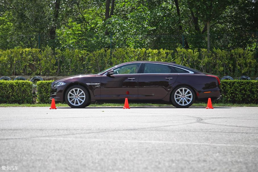 0-100km/h加速时间6.1s。以2800rpm弹射起步,没有任何打滑迹象,机械增压作用下加速持续感很强,后段加速感并没有大幅度下降,车身姿态控制不错,姿态很稳健。