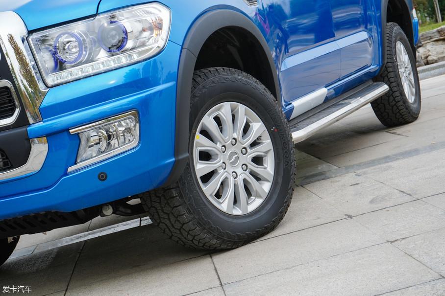 中兴领主原厂装配尺寸为265/65 R17的AT轮胎,虽然公路性能有些欠缺但胜在全能,能应付所有的非极端路况了。并且较厚的胎壁能辅助减震器过滤振动,保证驾驶舒适性。