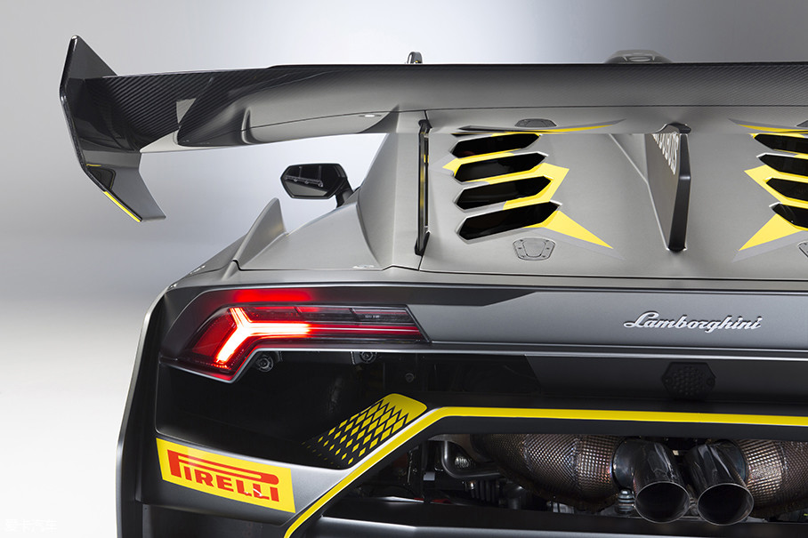 EVO车型重新设计的车尾要比Aventador车型更具科技感,负压区裸露的排气组件能在高速时迅速散热,同时两侧的空气通道大幅增加了车尾流动。