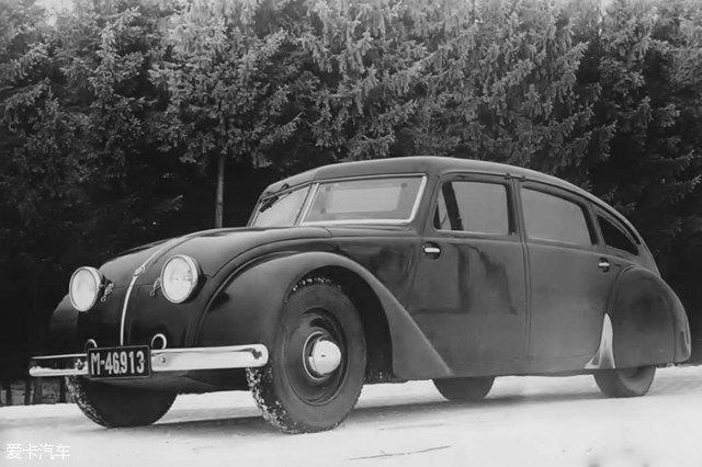 [爱卡汽车 汽车视觉 原创] 今天我们要说的汽车设计看不见摸不着,却无处不在,它就是空气。转化到汽车上就是汽车空气动力学。在这一个多世纪的汽车发展史中,它让汽车的外形发生了意想不到的转变。本期文章,我们就来了解一下空气动力学在汽车设计中的应用。这是一个经常被人们忽略,但却在能耗控制中扮演着重要的角色。  说到汽车空气动力学,大家往往都会觉得这是一个很学术、很深奥的概念。小伙伴们不要惊慌,下面我们就简单地为大家介绍一下这门看似高深,却又和我们日常用车形影不离的学问。 关于空气动力学,学术界给出的定义是这样的