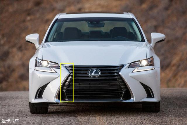 如今,雷克萨斯已近走过了28个年头,已拥有LS、GS、IS、NX、RX、GX、LX等庞大车系,纺锤形格栅也在各车型的外观造型上发挥着举足轻重的作用,成为了雷克萨斯的家族符号。而同样是采用纺锤形样式,雷克萨斯对不同级别的车型采用了不同的格栅设计,通过一些微妙的变化来展现车型的定位。 同样都是纺锤形格栅,你能准确分辨出图中所有车型吗?如果不能,就接着往下看吧。  LS是雷克萨斯旗舰车型,它的造型设计从保守、内敛演变成为如今的犀利、前卫,不光内外采用全新设计语言,还融入了更多表达自我的情感元素设计,让人印象