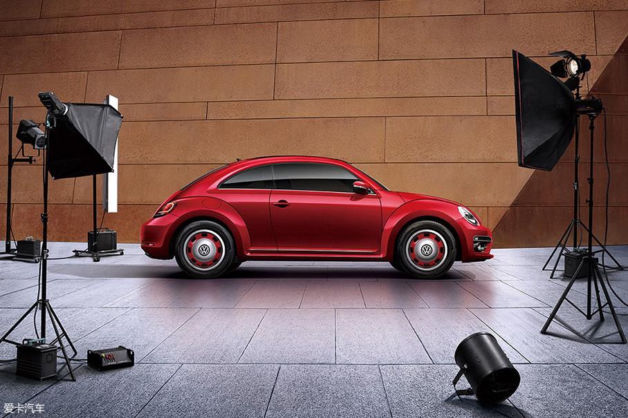 外观方面,新车基于2018款大众甲壳虫车型打造,采用了红色喷漆涂装,并配备了17英寸Circle复古轮圈,以彰显其与众不同的个性化造型。