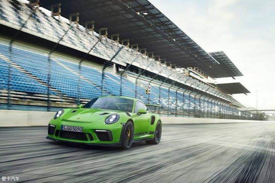 外观方面,新款保时捷911 GT3 RS相比普通版车型更加激进,同时针对空气动力学性能进一步优化,新车的前保险杠设计更为夸张,保险杠两侧以及发动机盖两侧都拥有进气口。