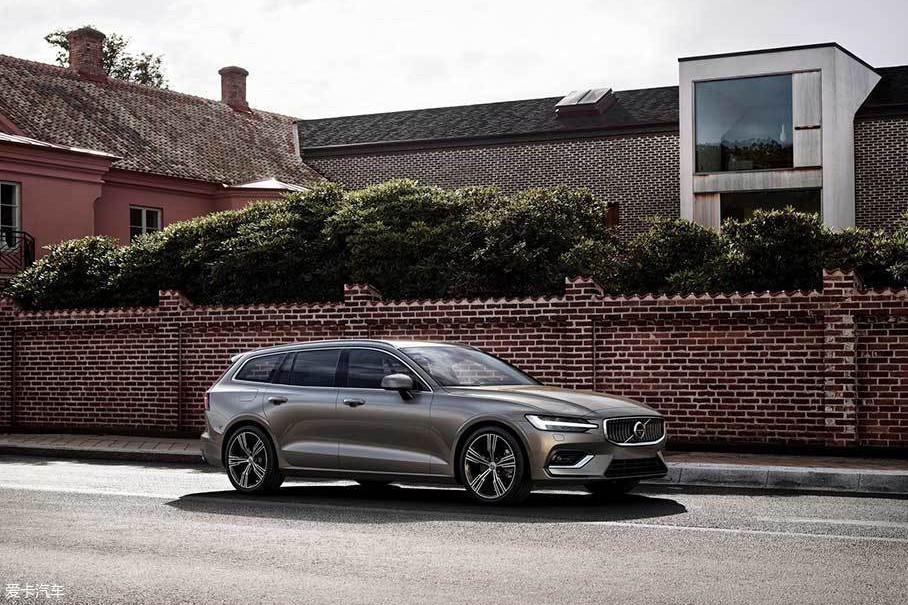 外观方面,全新沃尔沃V60换装了沃尔沃最新的家族式设计,新车还采用了雷神之锤LED日行灯,非常具有霸气。而车身侧面、后车窗和D柱很像V90车型。