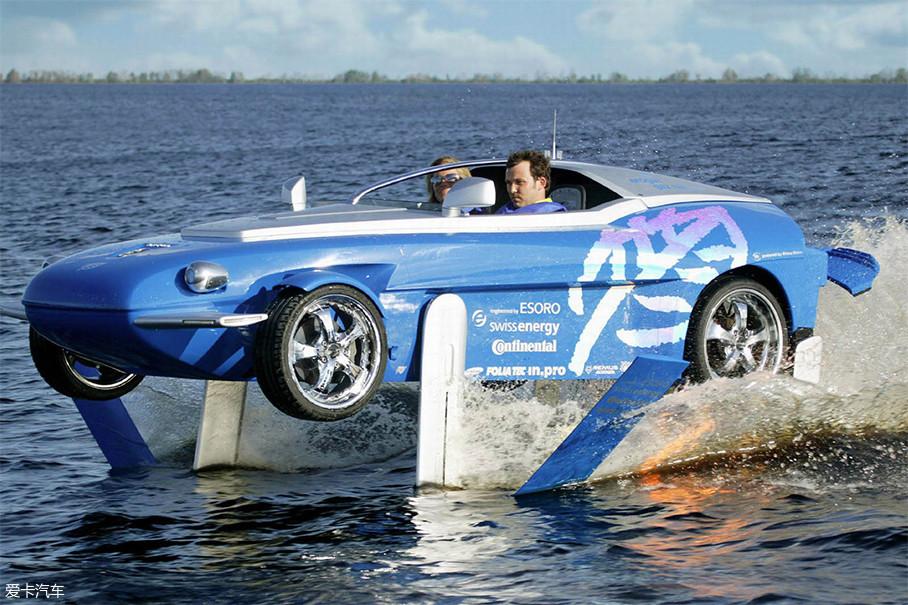 Splash发布于2004年,是一台水陆两栖车,可谓汽车设计的一次大胆的尝试,除了能在路面上以200km/h的极速行驶外,还能以50km/h的平均速度在水中高速狂飙,其水面极速还高达80km/h。