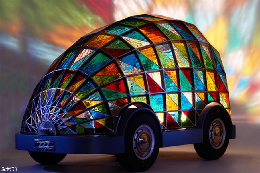 这辆装配有彩色玻璃的迷你汽车是不是酷炫十足?它其实是英国设计师Dominic Wilcox设计的无人驾驶汽车,其设计灵感来源于达勒姆大教堂。