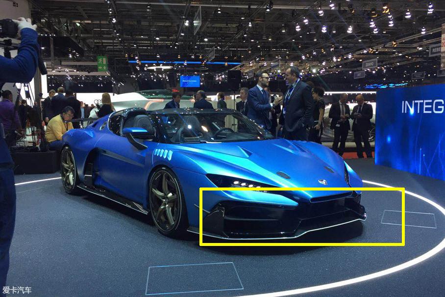 整个车头部分看上去十分夸张,大尺寸黑色的前唇拉伸了整个车头部分的视觉宽度,但出风口设计较为老套。