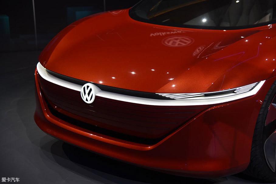 正面看去,I.D. VIZZION的发动机舱盖位置极低,与之完美衔接的翼子板向侧面大幅隆起,将动感的设计展现得淋漓尽致。人们可以从前脸设计中,看到这款概念车型领先的流线型动态设计。