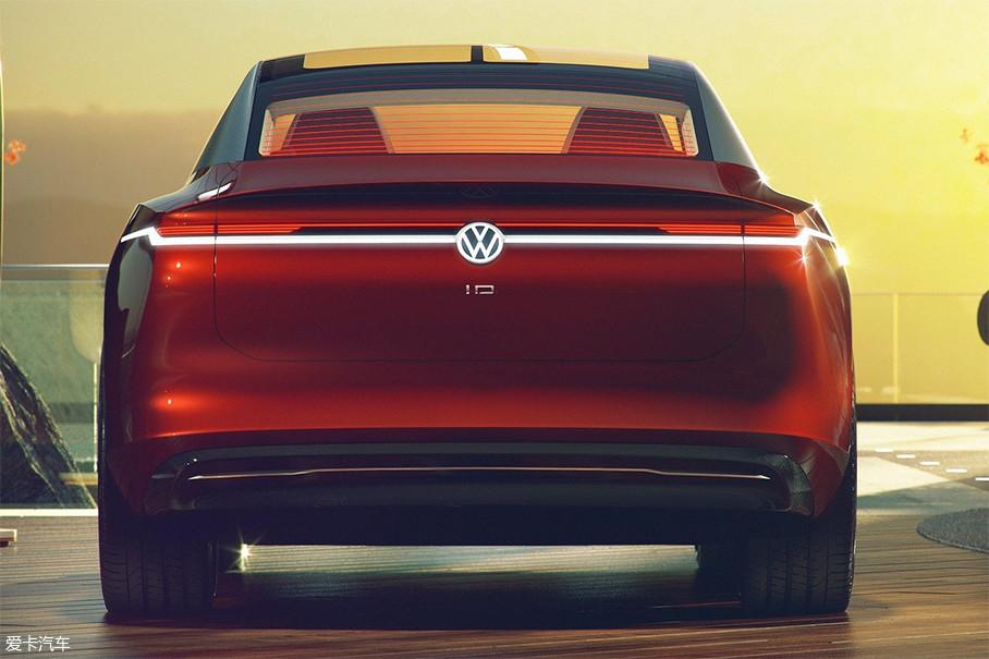 与车身整体风格一样,车尾设计同样简洁又充满张力。平滑的边缘,构成理想的流线造型。LED灯带从车身侧面一直延伸至尾翼,突显出I.D.VIZZION的宽大车身。