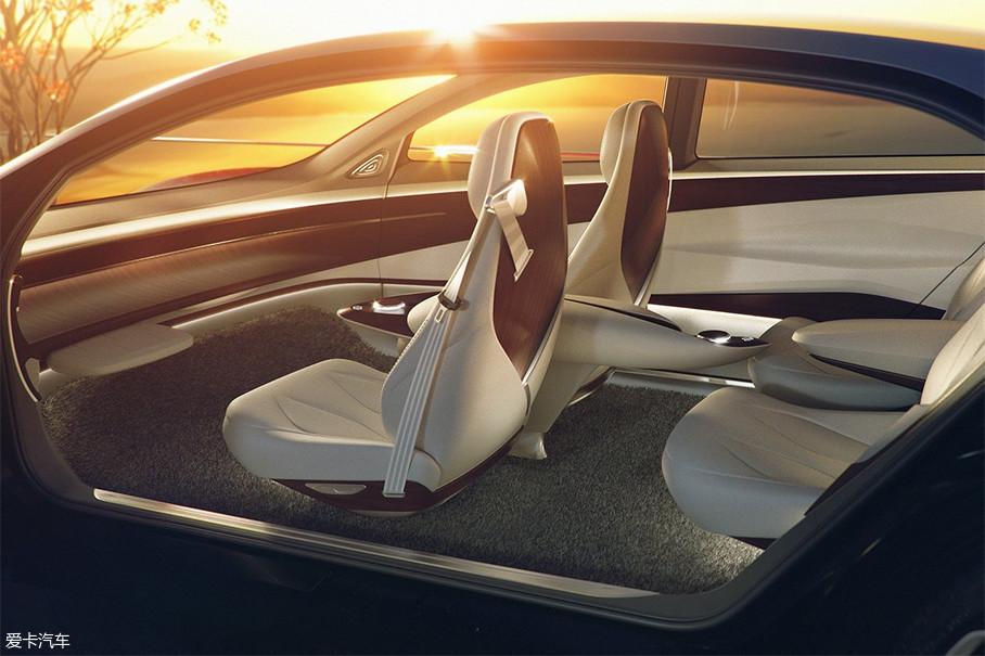 """I.D.VIZZION整个内饰采用了很多流线设计,造型风格较为动感,打造了非常自由、休闲的空间体验。内饰完全取消了方向盘,其自动驾驶等级达到了L5级,也就是我们常说的""""全自动驾驶""""。"""