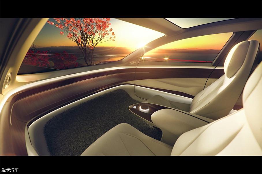 """除此之外,现在汽车内饰设计的大趋势是追求""""大屏幕"""",而I.D. VIZZION却背道而驰,取消了中控、取消了仪表盘,但替代而来的是车内AR技术,一眼望去,整个内饰回到了最原始的状态。"""