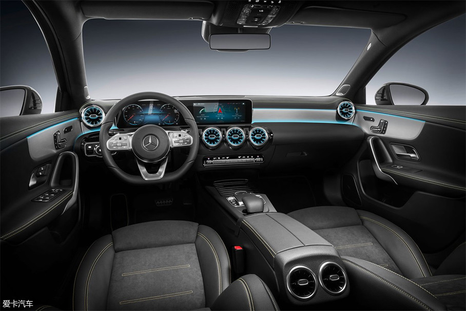 内饰部分采用了奔驰最新的家族式设计语言,这样的设计在奔驰S级、E级均出现过。新车中控与仪表盘连接为一个平面,空调出风口设计样式新颖,配合镀铬饰条以及氛围灯营造出了极佳的精致感。