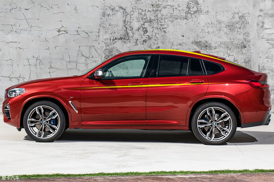 侧面看去,全新宝马X4采用了与X6相似的溜背式设计,车身腰线采用连续贯穿的水平线,整体造型流畅优雅。