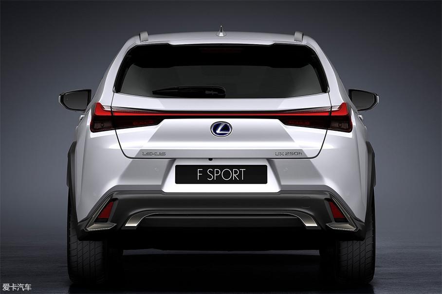 尾部贯穿式尾灯是目前颇为流行的设计,与下方镀铬装饰相互呼应,增加了辨识度,也丰富了车尾的层次感。