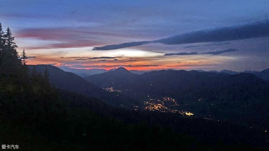 傍晚山路的山区风景