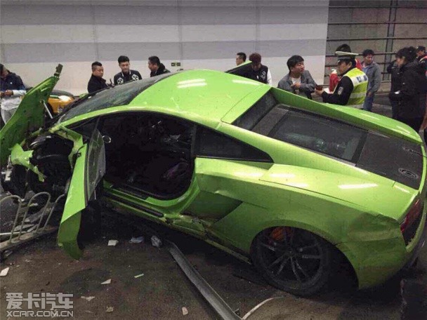 北京两辆超跑相撞
