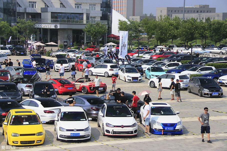 这个聚会由大众公社发起,官方称作一汽大众粉丝嘉年华,因为名字中加入了支持方,听上去像是大众车主的聚会,实则是整个VAG Family的聚会,其实就是中国版的沃尔特湖大Party。