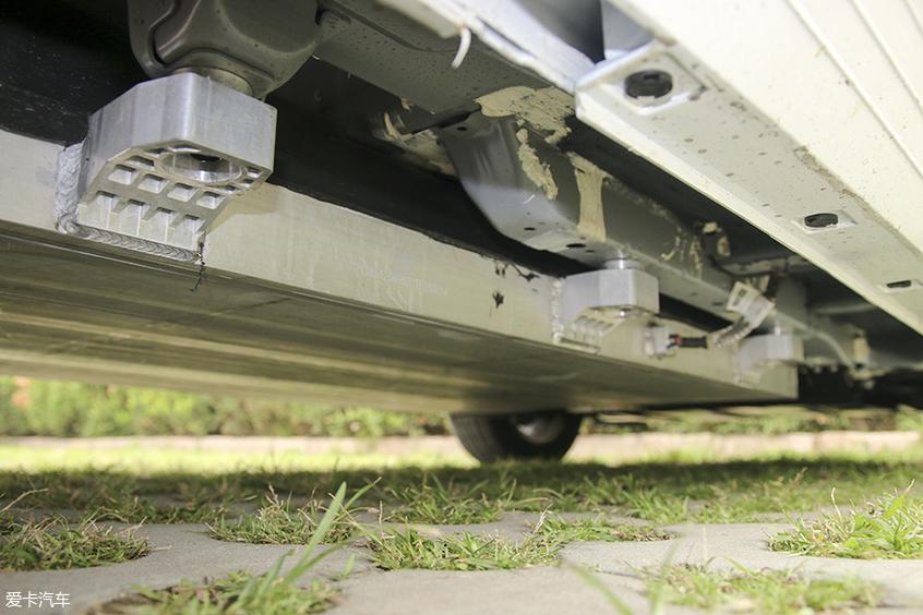 运动范儿两厢跨界纯电车 试驾比亚迪 e2