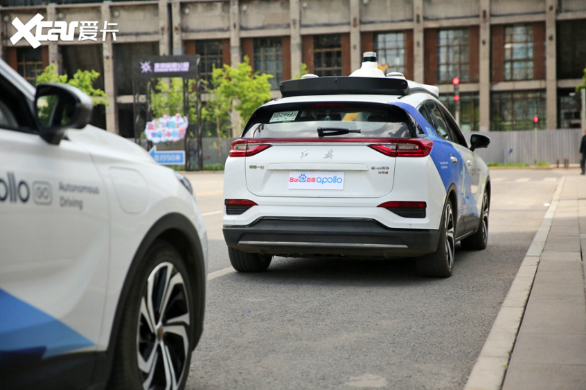 停车位置与人行道之间留有0.5m米左右的距离无人车 无人车 第15张