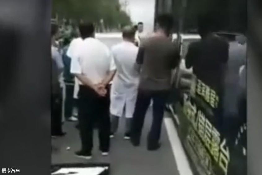 女司机停车开门被夹