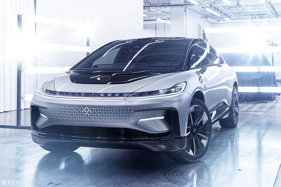 2017年1月4日,贾跃亭控股的Faraday Future在美国拉斯维加斯发布了新车FF 91。这款车的综合工况续航里程达到了700km,电机输出功率高达783kW(1050Ps),最大扭矩1800Nm。