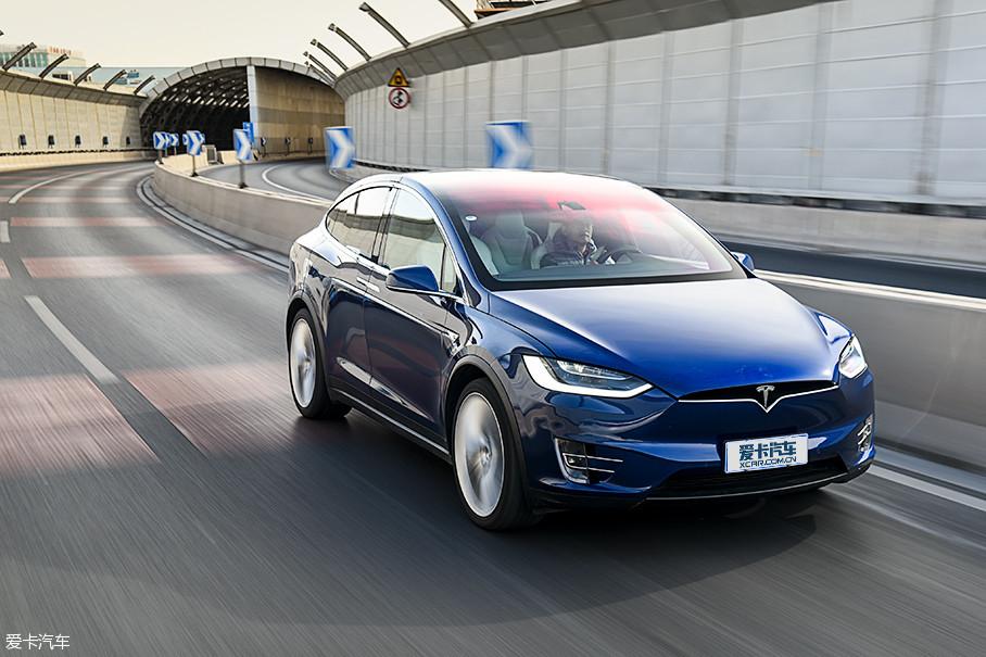 Model X的车身高度增加了不少,带来了更舒适的坐姿,但是它依然有着强大的动力,操控性也并没有缩水。