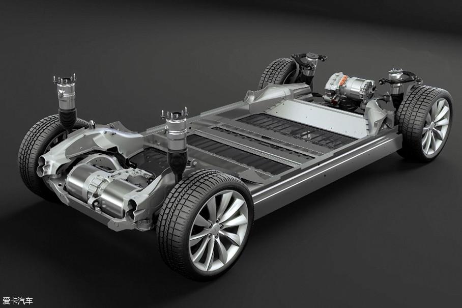 Model X全系都配备了前后双电机,可以实现全时电动四驱。空气悬挂也是全系车型的标配,配合智能化的车载系统和GPS定位,可以记录车主的设置,并根据地理位置的不同自动调节底盘高度。