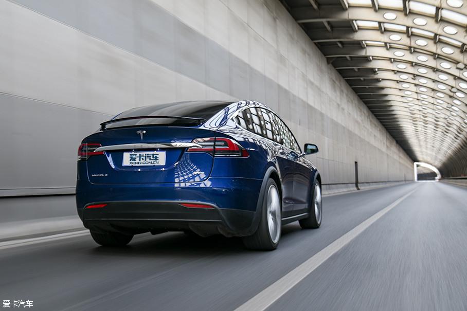 Model X 90D车型的整备质量为2391kg,比Model S重了约300kg。不过,差别也仅仅体现在参数上,深踩加速踏板时汹涌而至的推背感马上会告诉你:它的加速依旧迅猛。