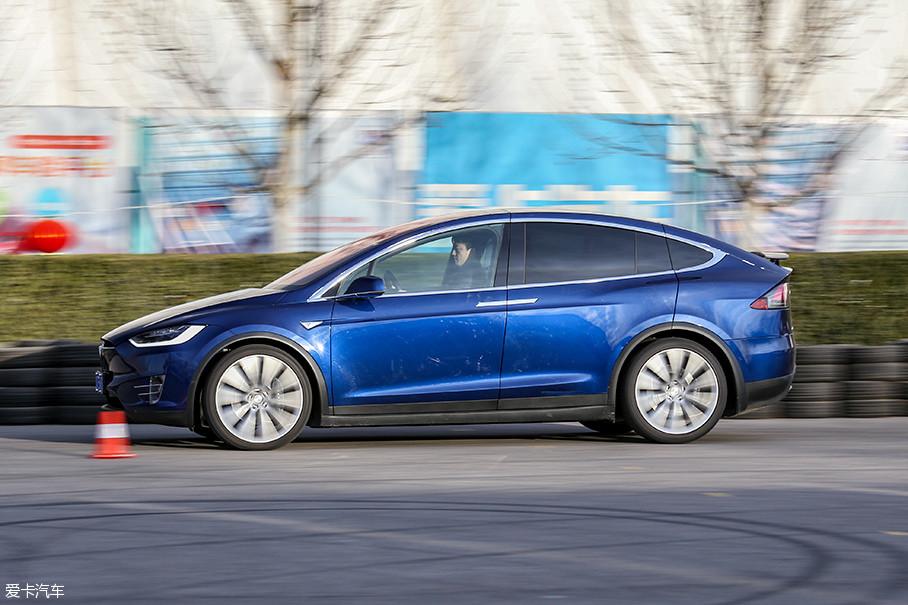 虽然刹车成绩与Model S相比有所下降,但是在优秀悬挂的支持下,车身的姿态依然保持得非常好。