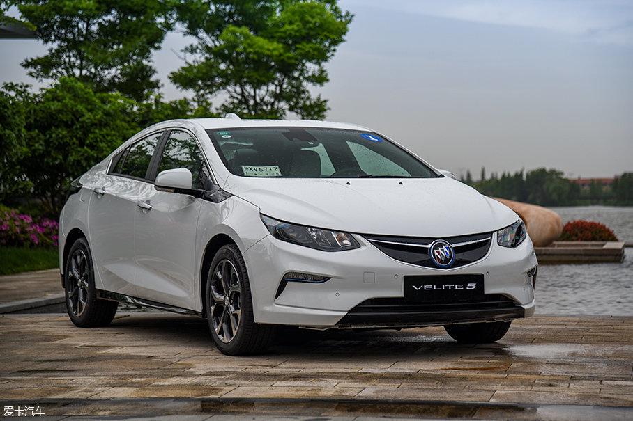 别克VELITE 5是通用继凯迪拉克CT6混动、别克君越30H全混动、雪佛兰迈锐宝XL混动之后,在中国推出的又一款新能源车型。与其他几款车不同的是,VELITE 5采用的是增程式混合动力系统。