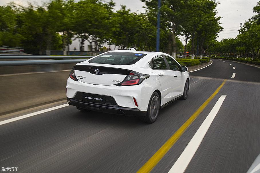 VELITE 5的平顺性不仅仅是在纯电模式下。电量不足时,VELITE 5会进入混动模式,此时它的动力特性与通用旗下的油电混动车型高度一致,并且似乎还要更加平顺一些。