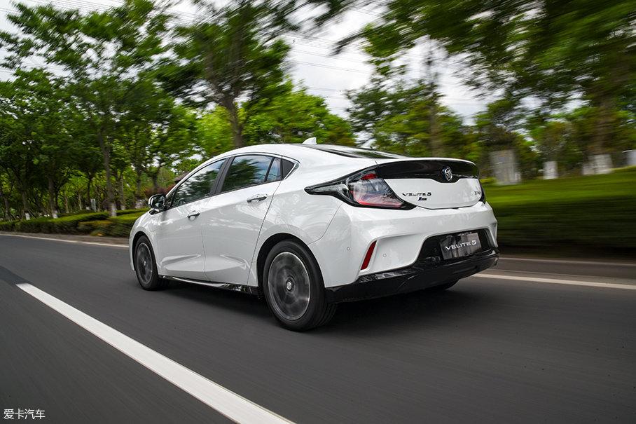 和纯电动汽车不一样的是,别克VELITE 5在D挡下能量回收非常弱,几乎感觉不到。此时的回收功率是7kW左右,不过挂到L挡,回收功率能达到近30kW,收油门时减速效果很明显。