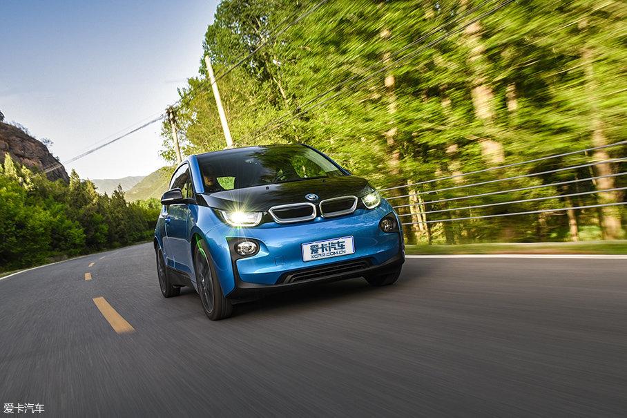 i3是宝马旗下首款量产的纯电动汽车,它于2013年发布,在国外取得了不错的销量。但在国内,i3的市场表现平平,原因主要是续航里程较短,仅有150km左右。