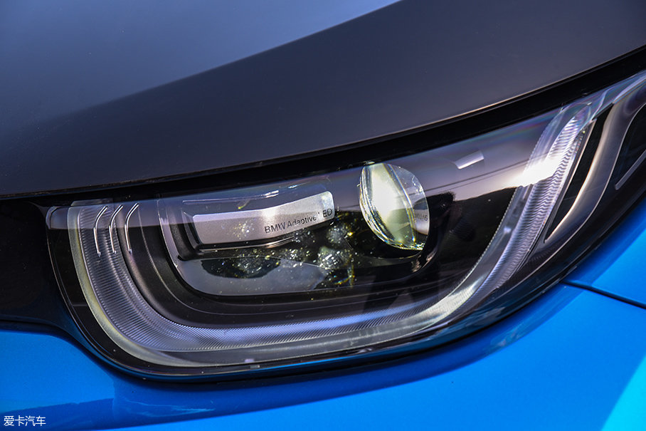我们所测试的豪华版车型的灯组采用了全LED光源,并应用了随动转向技术。而配置较低的时尚版车型采用的则是卤素光源。