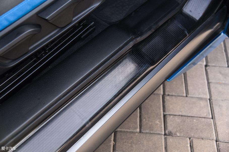 打开车门,可以看到门槛处车身材质裸露在外,纹理非常特别,这就是碳纤维增强复合材料。这种材料重量轻、强度大,得益于此,宝马i3升级款的车身重量仅为151kg,整备质量也只有1298kg。