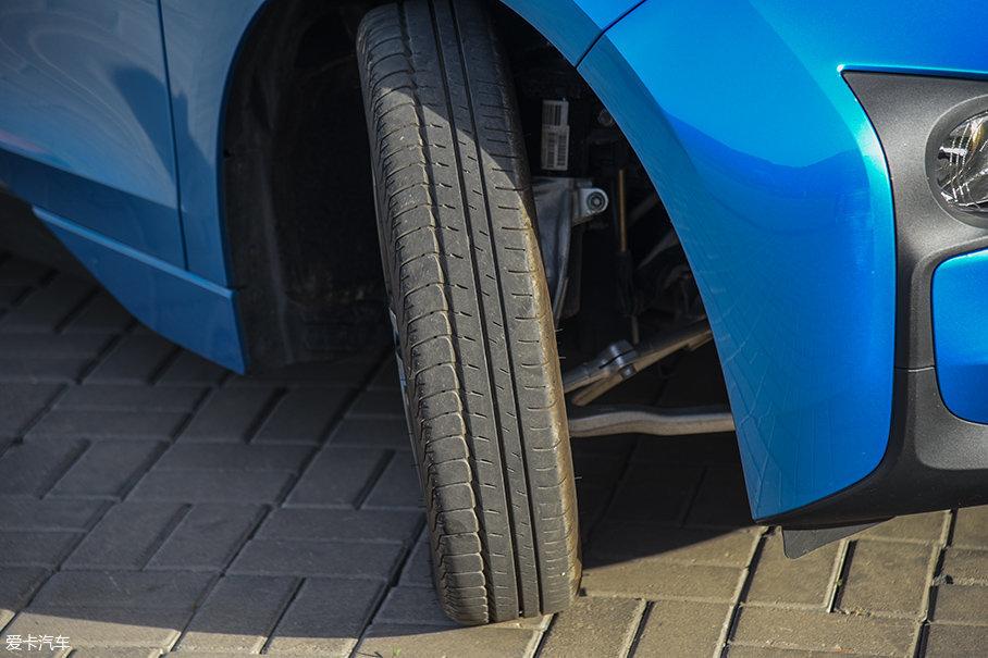 宝马i3升级款采用了普利司通ECOPIA EP500系列节能轮胎,规格为前轮155/70 R19、后轮175/60 R19。可以看到,这款轮胎非常窄,有利于降低滚阻,提升续航里程。