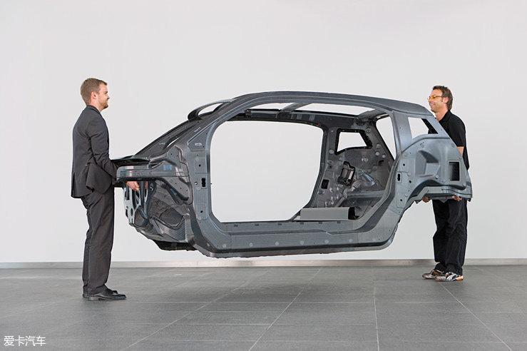 为了降低能耗,宝马i3在轻量化上面做足了功夫。不仅覆盖件没有用到金属,就连车身也主要由碳纤维增强复合材料构成,这在民用车里是非常少见的。