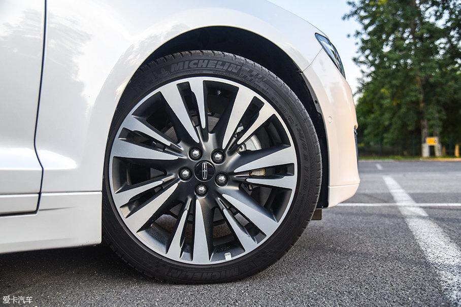 林肯MKZ H的轮胎配置相当厚道,低配版采用了规格为235/50 R17的米其林Primacy 3ST轮胎,中高配则采用了规格为245/40 R19的米其林Pilot Sport 3轮胎。