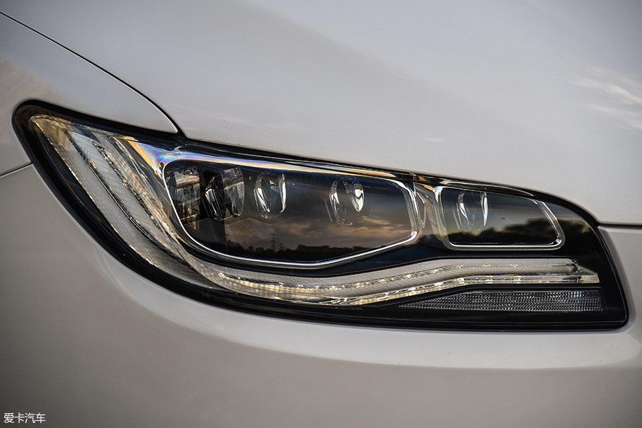 林肯MKZ H全系标配全LED大灯,顶配版车型更采用了矩阵式LED大灯,带有自动远光灯控制功能,造型同样向林肯大陆看齐。
