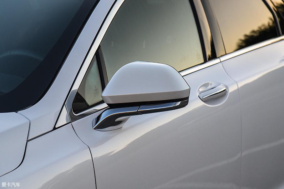 外后视镜集成了迎宾灯,在车主走近时可以自动在地上投影出林肯的Logo,绝对是满足虚荣心的利器。